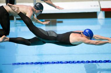 Nadadores pulando na piscina